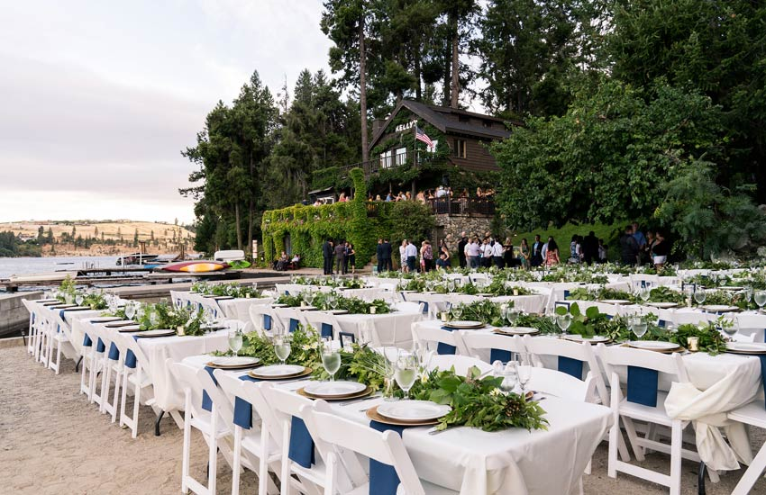Outdoor dining at Kelly's for Lake Chelan wedding venue